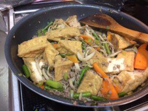 厚揚げと挽肉、ニンニクの芽炒め。