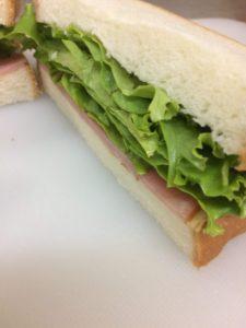ハムとレタスのサンドイッチ